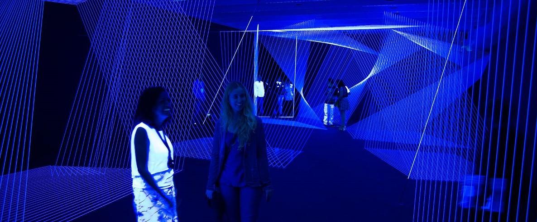 Espectadoras visitam instalação durante a última edição da Bienal de Curitiba. Em 2017, o evento vai homenagear a China e terá nova equipe de curadores. (Foto: Reprodução)