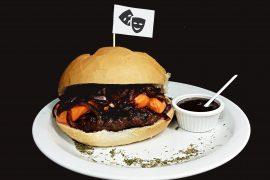O Montenegro Burger é a novidade do cardápio do Riders Pub, criado em homenagem ao Festival de Teatro de Curitiba e à atriz Fernanda Montenegro.