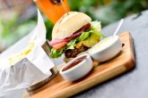 O +55 realiza a primeira hamburgada da casa na próxima terça-feira (02). O prato será servido a preço único, por R$29,90.