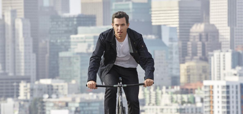 A jaqueta jeans Levi`s, criada em parceria com o Google, foi feita para quem anda de bike. Ao tocar nas mangas, é possível atender ou fazer ligações.