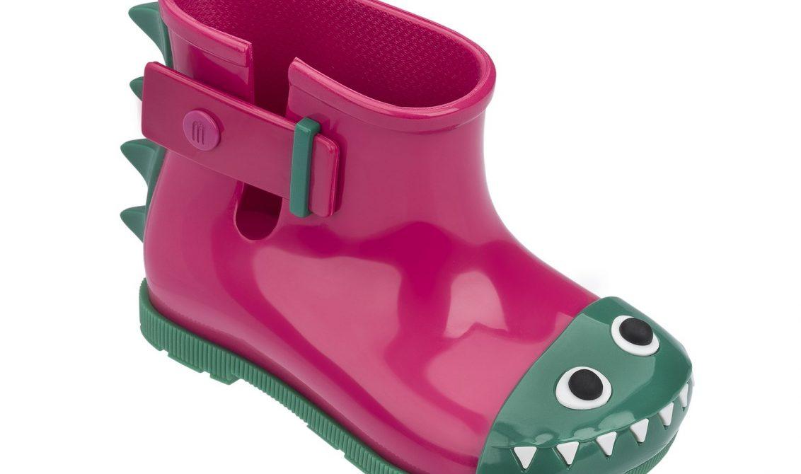 Um dos novos modelos do collab Melissa + Fábula é a galocha inspirada nos dinossauros.