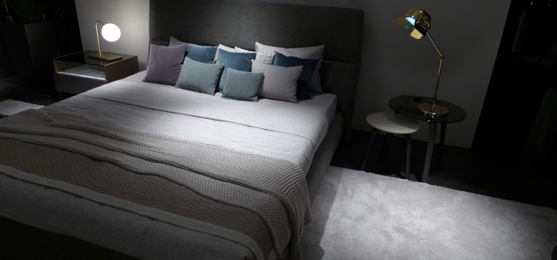 As camas e cabeceiras se unem e fazem uma dupla decorativa essencial nos quartos.