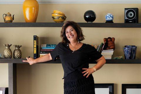 Cintia na sala de sua casa, fotografada por Daniel Katz. Coube a este colaborador de longa data da revista fazer os cliques desta matéria.