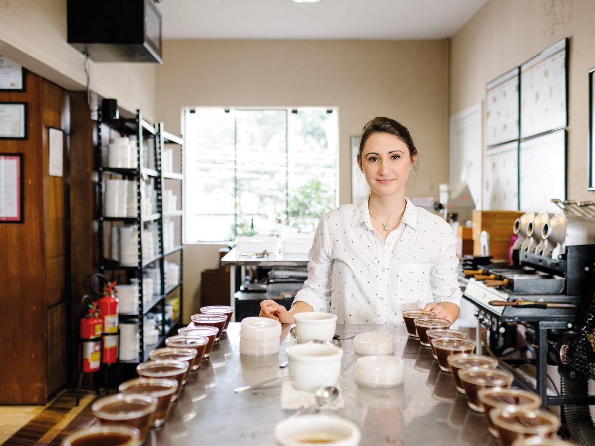 """Ama o método: Kalita. """"Parece uma Hario V60, mas o formato plano dela permite uma extração mais lenta e uniforme, que ressalta bem a acidez do café."""""""