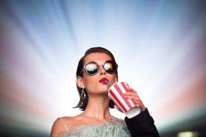 A nova coleção de óculos Prada Cinéma foi inspirada nos anos 60.