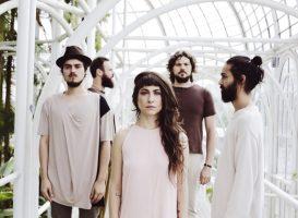 A Banda Mais Bonita da Cidade lança novo álbum no Teatro Positivo e realiza pocket show no Shopping São José.