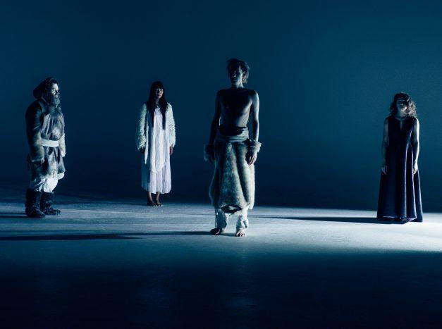 O espetáculo Contos de Nanook questiona questões como melancolia e solidão em cenário hiper-realista.