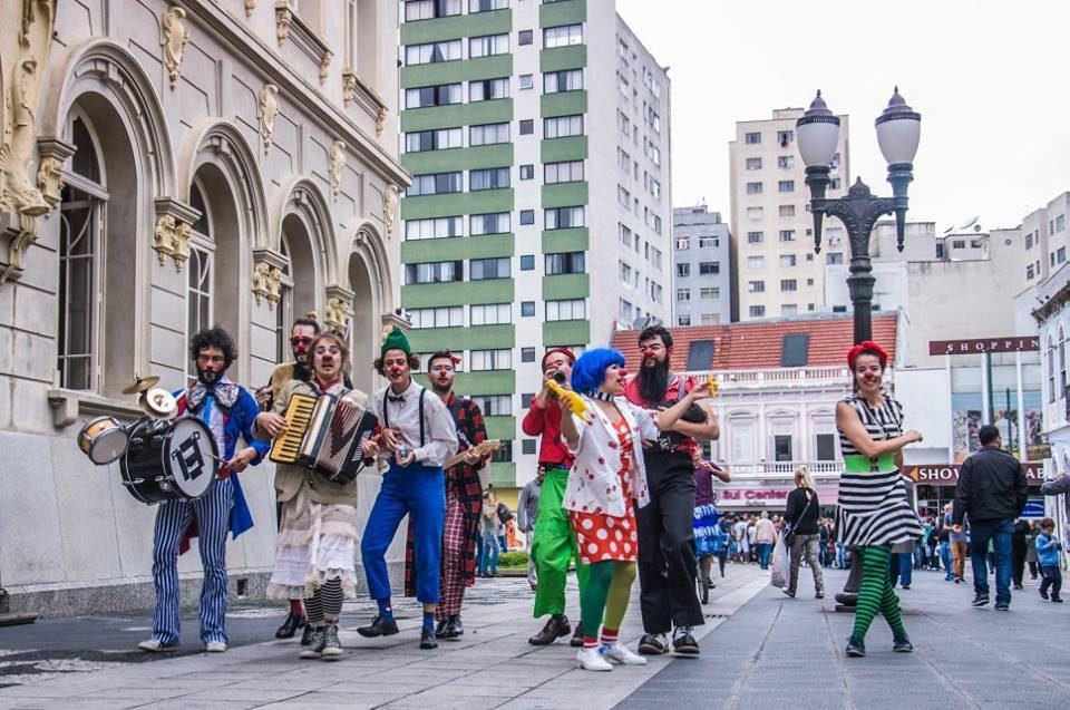 O espetáculo traz um grupo de palhaços que, por meio da improvisação, encantam e divertem o público.