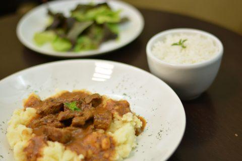 O Café Catedral passa a oferecer menus executivos durante o almoço. O da foto é o prato de segunda-feira.