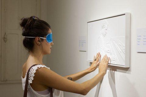 """Natália Prado na exposição do Museu da Fotografia de Curitiba """"De Fotografia à TactographyTM"""". Foto: Maringas Maciel"""