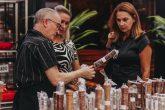 O vendedor da ArteGrill Curitiba apresenta a loja para as designers Nádya Badotti e Renata Fraidg