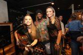 Mini U.S. do Shopping Barigui A cantora Carol Passos com o casal de franqueados da Mini U.S. Michel e Letícia Bastos