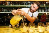 "Punch Drink Fresh Live Market O bartender Cris Almorim, titular do Fresh, serve um dos ""punches"", drinks em jarra para compartilhar"