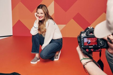 "Parceria Drew Barrymore e Crocs rende o musical ""Come As You Are"""