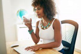 ARTIGO Tomar água no trabalho aumenta produtividade