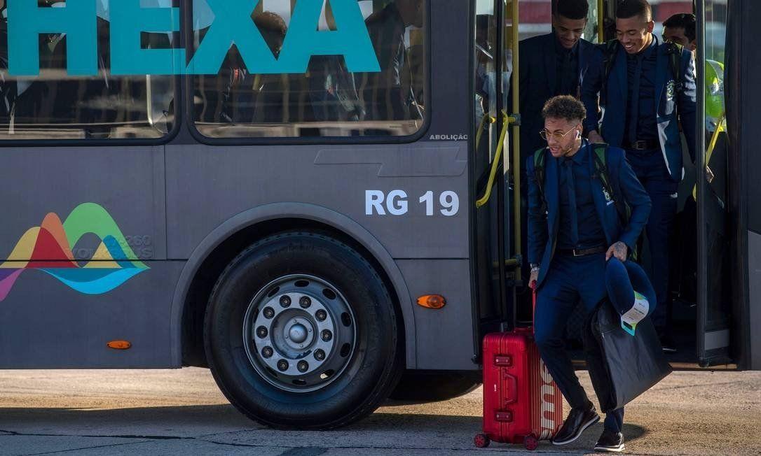"""Neymar embarca com mala Supreme que esgotou em 26 segundos """"Neymar Supreme"""""""