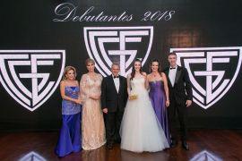 Isadora Reichmann Garcia e seus pais, Marcus Garcia Negrão e Cassiana Caldeira Reichmann, sendo recebidos pela diretoria Baile de Debutantes do Graciosa 2018