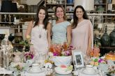 Primavera é tema para mesas na Holy Home Store Maria Fernanda Lorusso, Paula Guilgen e Luciana Olesko. As arquitetas Maria Fernanda e Luciana elaboraram a mesa em homenagem a Paula.
