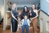 Renata Fraidg, Fabbi Cunha com seu filho e homenageado do espaço, Pedro Cunha, e Monica Pajewski em evento de decoração em Curitiba.